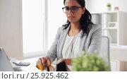 Купить «businesswoman with laptop and papers at office», видеоролик № 25925462, снято 16 марта 2017 г. (c) Syda Productions / Фотобанк Лори