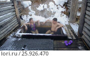Купить «Мужчина и девушка принимают ванну горячих природным минеральных источников под открытым небом зимой», видеоролик № 25926470, снято 12 марта 2017 г. (c) Виталий Зверев / Фотобанк Лори