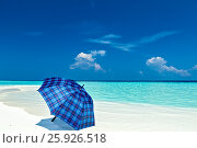 Blue umbrella is on a beach. Стоковое фото, фотограф М / Фотобанк Лори