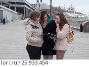 Купить «Три женщины на набережной в Тюмени смотрят журнал и смеются», эксклюзивное фото № 25933454, снято 6 апреля 2017 г. (c) Землянникова Вероника / Фотобанк Лори