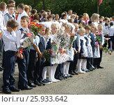 Первоклассники на школьной линейке 1 сентября (2016 год). Редакционное фото, фотограф Юлия Мальцева / Фотобанк Лори