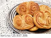 Купить «Сладкие домашние булочки с корицей», эксклюзивное фото № 25937306, снято 8 апреля 2017 г. (c) Dmitry29 / Фотобанк Лори