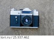 Купить «Пленочный советский фотоаппарат лежит на бетонной поверхности», фото № 25937462, снято 15 августа 2018 г. (c) Игорь Кутателадзе / Фотобанк Лори