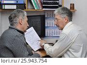 Купить «Инженер-архитектор за рабочим столом беседует с клиентом-заказчиком», фото № 25943754, снято 1 апреля 2017 г. (c) Сергей Галинский / Фотобанк Лори