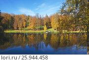 Купить «Солнечный осенний пейзаж в парке», фото № 25944458, снято 2 октября 2016 г. (c) Валерий Боярский / Фотобанк Лори