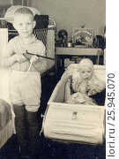 Двое детей в комнате. 1962. Редакционное фото, фотограф Сергей Костин / Фотобанк Лори