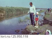 1975, Азовское море, залив, рыбалка. Папаи дочка 4 лет на рыбалке, счастливое детство. Редакционное фото, фотограф Наталия Преображенская / Фотобанк Лори