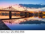 Купить «Evening at Starovolzhsky Bridge in Tver with reflection in the waters of the Volga River», фото № 25950994, снято 3 мая 2016 г. (c) Baturina Yuliya / Фотобанк Лори