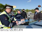 Купить «Сотрудники дорожно-патрульной службы полиции оформляет протокол о нарушении», фото № 25951474, снято 14 мая 2016 г. (c) Free Wind / Фотобанк Лори