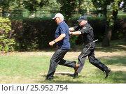Купить «Сотрудник охраны задерживает нарушителя», фото № 25952754, снято 11 апреля 2017 г. (c) Соловьев Владимир Александрович / Фотобанк Лори