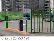 Автомобильная платная стоянка. Информационное табло о наличии свободных мест. Москва, эксклюзивное фото № 25953190, снято 9 апреля 2017 г. (c) Юрий Морозов / Фотобанк Лори