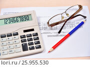 Купить «Электронный калькулятор и красно-синий карандаш с очками лежат на счёте-фактуре», фото № 25955530, снято 11 апреля 2017 г. (c) Максим Мицун / Фотобанк Лори