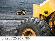 Большегрузный автомобиль в угольном разрезе. Стоковое фото, фотограф Анатолий Бутырин / Фотобанк Лори
