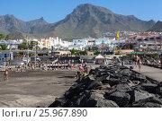 Купить «Вулканические камни на волнорезе на пляже Плая Фанабе (Playa Fanabe). Коста Адехе, Тенерифе, Канарские острова, Испания», фото № 25967890, снято 31 декабря 2015 г. (c) Кекяляйнен Андрей / Фотобанк Лори