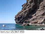Купить «Гигантские скалы Los Gigantes. Место отправления катеров с конца пешего маршрута в ущелье Маска. Тенерифе. Канары, Испания», фото № 25967950, снято 7 января 2016 г. (c) Кекяляйнен Андрей / Фотобанк Лори