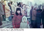 1980 год, ВДНХ, около 1 павильона. Праздник севера, северные народные костюмы, традиции и обряды. Счастливое детство. Редакционное фото, фотограф Наталия Преображенская / Фотобанк Лори