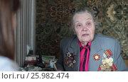 Купить «Ветеран Второй Мировой войны, отвечает на вопросы журналиста», эксклюзивный видеоролик № 25982474, снято 13 апреля 2017 г. (c) Дмитрий Неумоин / Фотобанк Лори