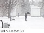 Зимнее ненастье в городе. Сильный порыв вера вырвал зонтик из рук прохожего. Стоковое фото, фотограф Лариса Капусткина / Фотобанк Лори