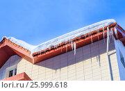 Купить «Сосульки и снег на крыше дома», фото № 25999618, снято 22 января 2017 г. (c) Николай Коржов / Фотобанк Лори
