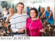 Купить «man and woman posing in a gym and smiling», фото № 26001670, снято 24 мая 2018 г. (c) Яков Филимонов / Фотобанк Лори