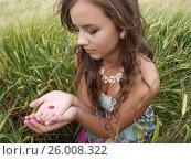 Brunette girl in a field with ladybug. Стоковое фото, фотограф Tatjana Romanova / Фотобанк Лори