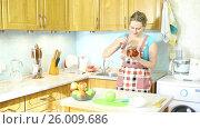Купить «Девушка на кухне пробует приготовленное яблочное варенье», видеоролик № 26009686, снято 5 марта 2017 г. (c) Сергей Дубров / Фотобанк Лори