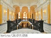 Купить «Мраморная лестница в Большом Гатчинском дворце», фото № 26011058, снято 29 марта 2017 г. (c) Максим Мицун / Фотобанк Лори