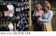Happy female shoppers buying gifts for husbands. Стоковое видео, видеограф Швец Анастасия / Фотобанк Лори
