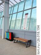 Купить «Урны для раздельного сбора мусора на станции МЦК «Лужники»», фото № 26018194, снято 19 апреля 2017 г. (c) Павел Москаленко / Фотобанк Лори