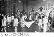 Купить «Утренник в советском детском саду. Девочки стоят в хороводе. 1969 год.», эксклюзивное фото № 26024406, снято 19 апреля 2017 г. (c) Светлана Попова / Фотобанк Лори