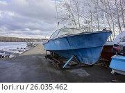 Лодка на территории лодочной станции весной (2015 год). Редакционное фото, фотограф Светлана Попова / Фотобанк Лори