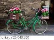 Купить «Florence, bicycle with flowers», фото № 26043350, снято 17 июля 2018 г. (c) easy Fotostock / Фотобанк Лори