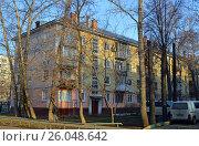 Купить «Четырёхэтажный трёхподъездный панельный жилой дом серии I-335. Енисейская улица, 18/20, Москва», эксклюзивное фото № 26048642, снято 14 марта 2017 г. (c) Александр Замараев / Фотобанк Лори