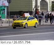 Купить «Желтый автомобиль такси на Новом Арбате. Москва», эксклюзивное фото № 26051794, снято 7 мая 2015 г. (c) lana1501 / Фотобанк Лори