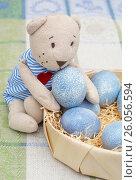 Купить «Крашенные пасхальные яйца и игрушечный мишка», эксклюзивное фото № 26056594, снято 16 апреля 2017 г. (c) Dmitry29 / Фотобанк Лори