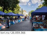 Купить «Палатки с сувенирами в городе Ярославль», фото № 26059366, снято 3 июля 2011 г. (c) Дмитрий Тищенко / Фотобанк Лори