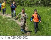 Children run for distillation. Дети бегут на перегонки. (2015 год). Редакционное фото, фотограф Павел Семенцов / Фотобанк Лори