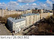 Купить «Москва, Хамовники, вид сверху на улицу Плющиха», фото № 26063802, снято 17 апреля 2017 г. (c) glokaya_kuzdra / Фотобанк Лори