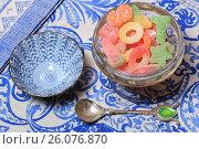 Купить «Жевательный мармелад в вазочке на синей салфетке», эксклюзивное фото № 26076870, снято 15 апреля 2017 г. (c) Яна Королёва / Фотобанк Лори