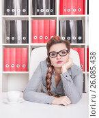 Купить «Скучающая женщина в офисе», фото № 26085438, снято 13 декабря 2019 г. (c) Darkbird77 / Фотобанк Лори