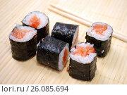Купить «Японская кухня. Сяке маки и палочки для суши», фото № 26085694, снято 21 февраля 2017 г. (c) Глазков Владимир / Фотобанк Лори