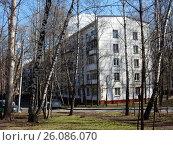 Купить «Пятиэтажный шестиподъездный панельный жилой дом серии I-515/5м, построен в 1964 году. Чусовская улица, 11, корпус 8. Район Гольяново. Москва», эксклюзивное фото № 26086070, снято 25 апреля 2017 г. (c) lana1501 / Фотобанк Лори