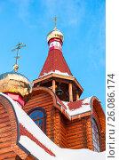 Купола с крестами православного деревянного храма на фоне голубого неба, фото № 26086174, снято 26 апреля 2017 г. (c) FotograFF / Фотобанк Лори