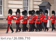 Купить «Гвардейцы Ирландского полка Королевской гвардии идут маршем в Букингемском дворце», фото № 26086710, снято 12 апреля 2017 г. (c) Анна Менщикова / Фотобанк Лори