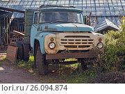 Купить «Брошеный старый грузовик (Old truck)», фото № 26094874, снято 4 октября 2013 г. (c) Владимир Борисов / Фотобанк Лори