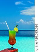 Купить «Glass of drink is on a beach table», фото № 26095026, снято 19 августа 2018 г. (c) М / Фотобанк Лори