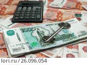 Купить «Покупка недвижимости с помощью ипотеки. Ключ от двери и калькулятор лежат на российских деньгах», эксклюзивное фото № 26096054, снято 16 апреля 2017 г. (c) Игорь Низов / Фотобанк Лори