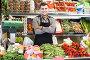 shopping assistant demonstrating assortment of grocery shop, фото № 26096486, снято 18 марта 2017 г. (c) Яков Филимонов / Фотобанк Лори