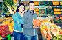 Couple choosing fruit, фото № 26096518, снято 18 марта 2017 г. (c) Яков Филимонов / Фотобанк Лори