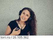 Купить «Счастливая девушка слушает музыку», фото № 26105362, снято 27 апреля 2017 г. (c) Albert Kant / Фотобанк Лори